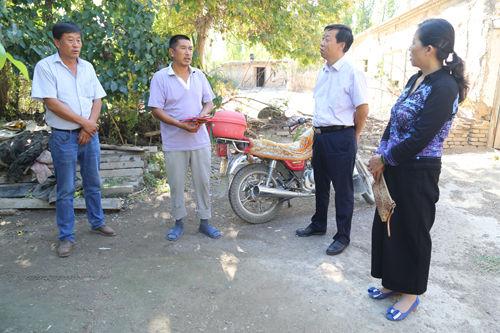 七十团党委古尔邦节前走访慰问少数民族贫困职工