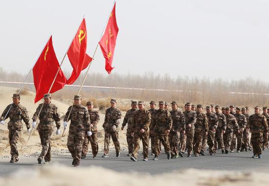 新疆兵团基干民兵野外拉练展风采(图)