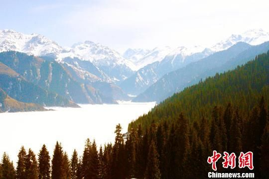 阳春三月 新疆天山天池游客享冰雪激情