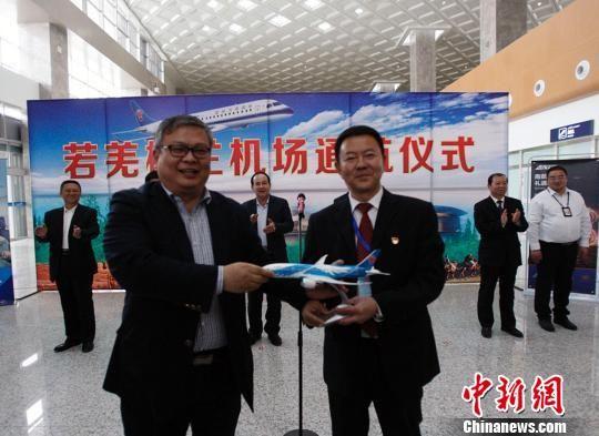 南航新疆分公司领导向若羌县委书记宋学斌赠送飞机模型。 王小军 摄