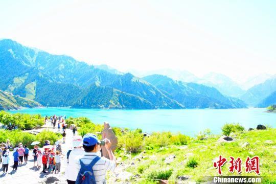 端午节假期新疆天山天池推优惠政策吸引游客