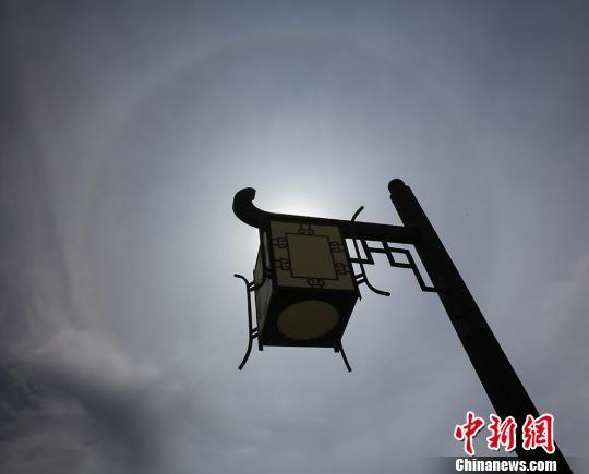 新疆北部城市现日晕奇观 持续超两小时