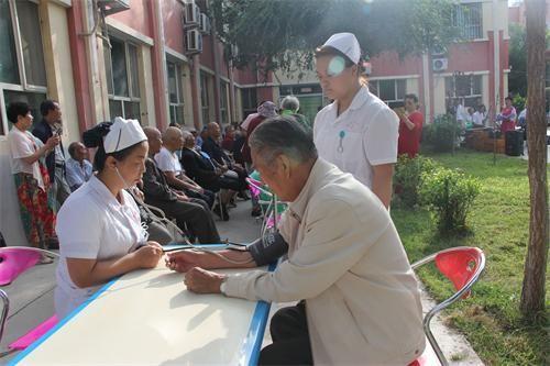 八一前夕六师芳草湖农场医院在芳草湖养老院开展义诊活动