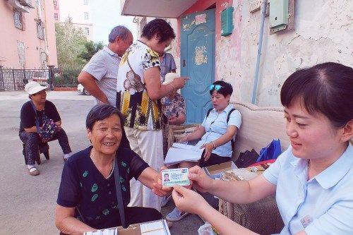 新疆库尔勒建设支行为第二师居民上门送卡千余张