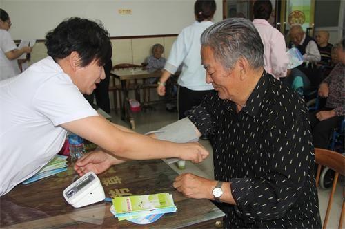 芳草湖医院、疾控中心走进养老院开展健康宣讲和义诊活动