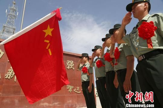 红枣、爱心药包等礼物温暖新疆军区退伍老兵回家路