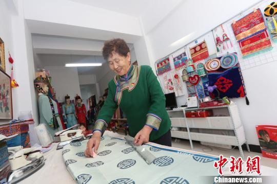 新疆精河手工艺人:让民族服饰样式时尚又凸显个性