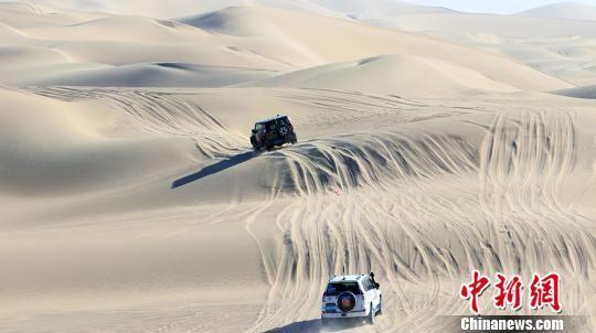"""塔克拉玛干沙漠越野新疆且末上演""""速度与激情"""""""