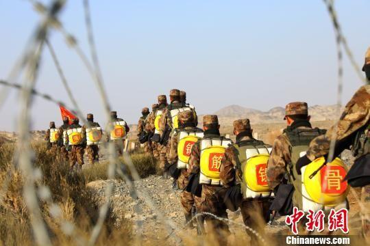 新疆军区某训练基地组织新兵首次野营拉练