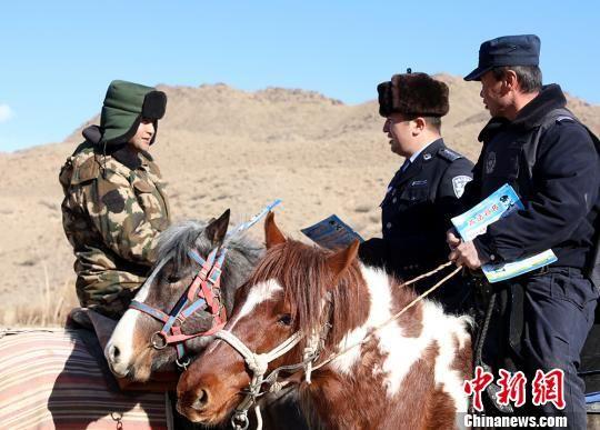 """新疆克州边境管理支队边境线上开展""""110""""普法宣传"""