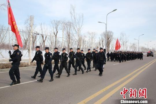 """新疆兵团公安""""冬训""""徒步拉练锤炼作战能力"""