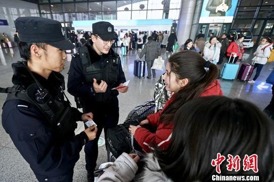 新疆铁警助力大中专学生平安返乡