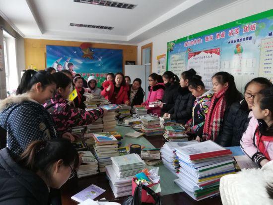 石河子市第一小学师生踊跃为南疆贫困地区学生捐书
