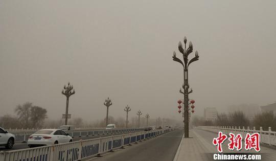 新疆南部阿拉尔市出现沙尘天气 气温明显下降(图)