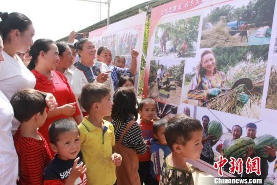 新疆文化走基层 百余幅作品带给村民视觉盛宴