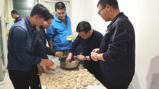 第二师三十团组织大学生集体包饺子活动