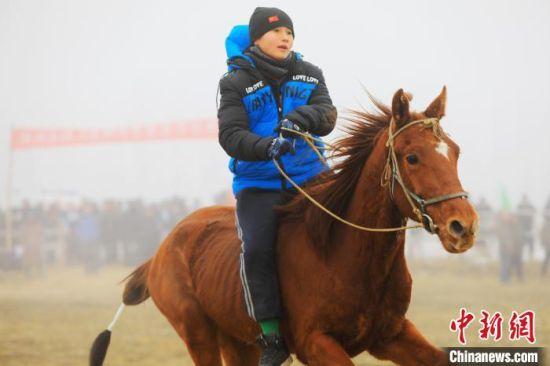 """新疆博湖:上演马背上的""""速度与激情"""""""