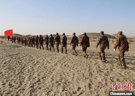 """新疆兵团民兵沙漠徒步重走""""老兵路""""接受锻炼"""