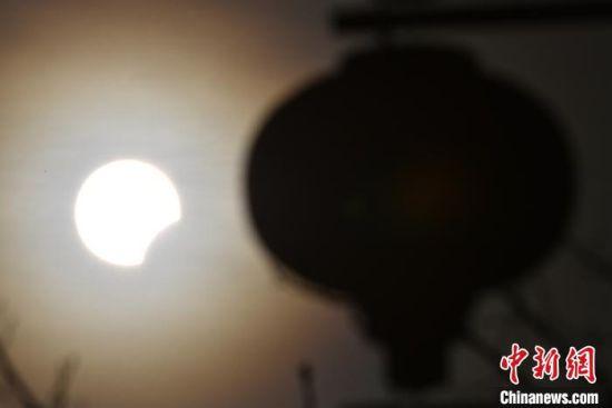 新疆和静县摄影师拍摄日偏食奇观