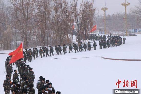 武警新疆兵团总队新兵开展野营拉练