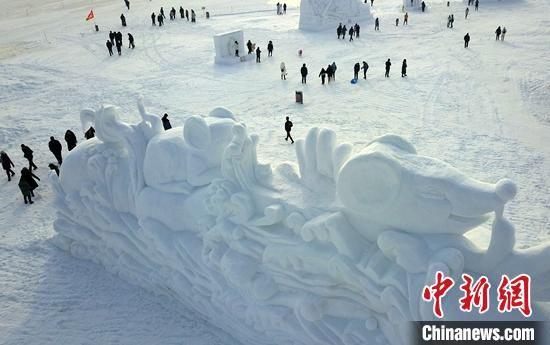 新疆博湖大型冰雪雕吸引众多游客前来欣赏