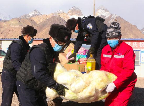 新疆边境派出所民警为矿点留守工人送短缺物资(图)
