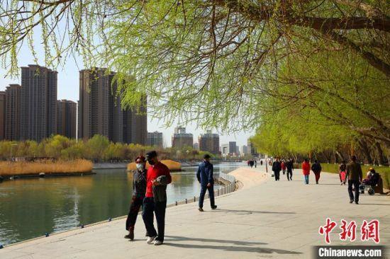 民�(zhong)在孔雀河景�^(guan)��踏春�p景。 �詈��(wei) �z