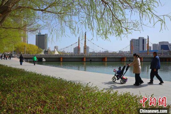 民�(zhong)享受春日美景。 �詈��(wei) �z