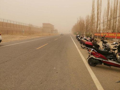 三十七团遭遇扬尘天气能见度不足100米