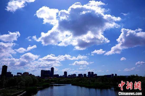 """新疆库尔勒市现云朵""""压城""""美丽雄奇景观"""