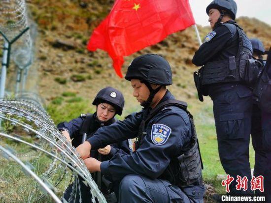 新疆北部民警开展巡边踏查