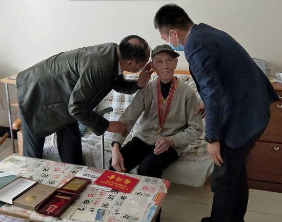 新疆兵团向抗美援朝老兵颁发纪念章