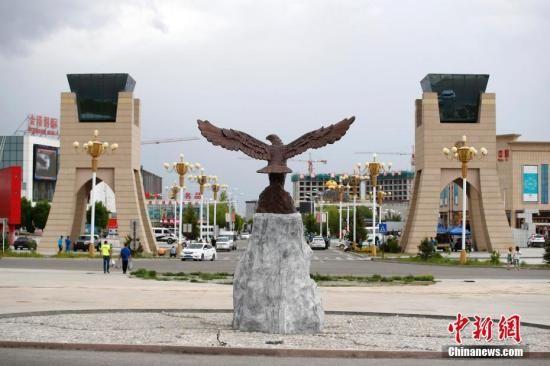 资料图:中哈霍尔果斯国际边境合作中心两国连接通道旁的金雕广场。中新社记者 富田 摄