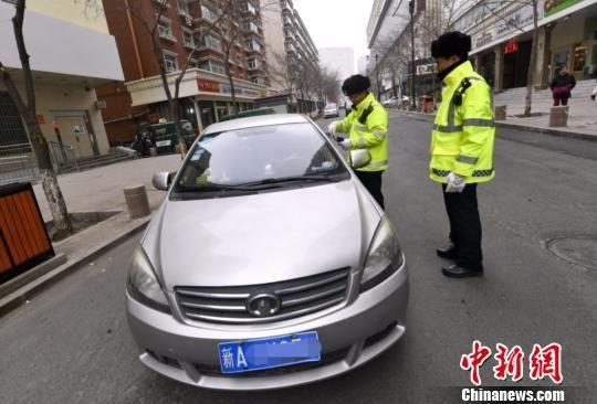 交警上路执法。(资料图)刘新 摄