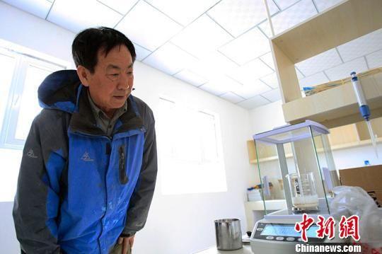 刘华山到实验室了解土壤检测结果。王小军摄