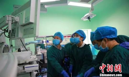 邓燕勇在为病人做手术。(资料图) 胡珺 摄