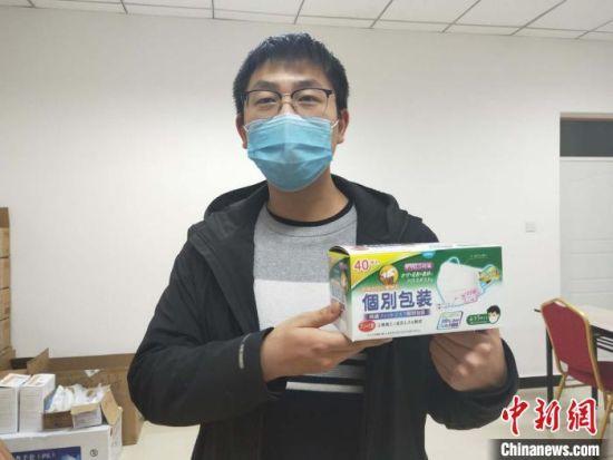 �台�h新型冠��(zhuang)病毒感(gan)染(ran)的肺炎疫情(qing)防控工作指�](hui)部(bu)工作人(ren)�T展示收(shou)到的口罩。 李建(jian)坡 �z