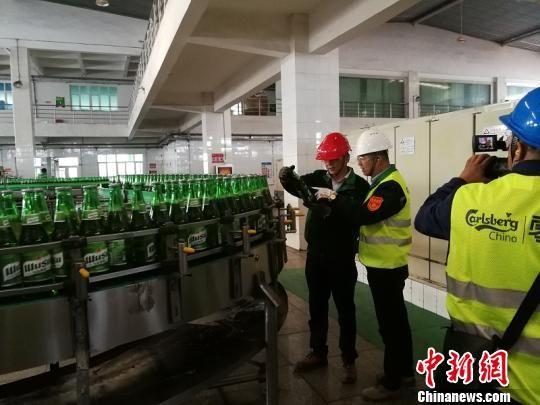 新疆啤酒再次出口到哈萨克斯坦。 孙亭文 摄