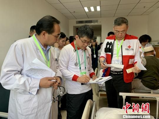上海医生飞赴乌鲁木齐救治29名阿